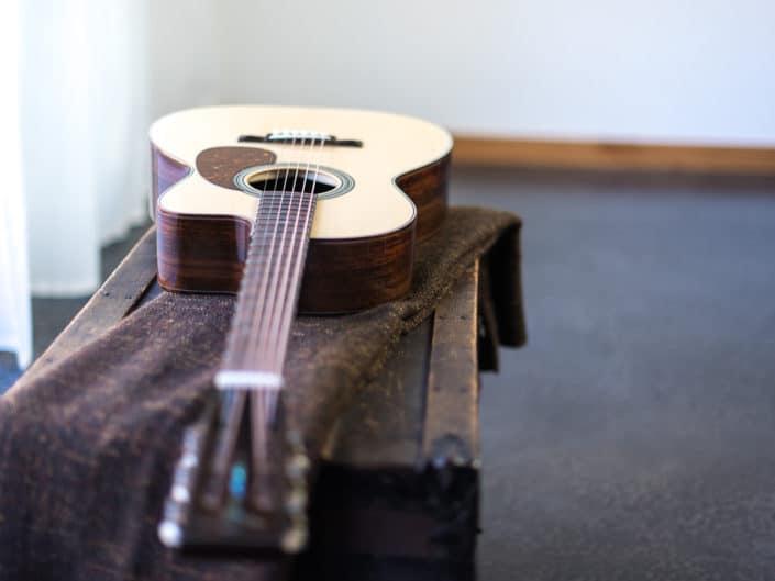 12 fret 000 cutaway thompson acoustic guitar